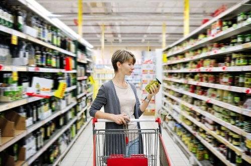 Eine Frau mit einem Einkaufswagen im Supermarkt.