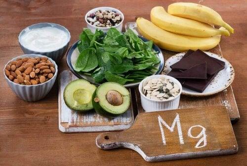 Abgebildet sind verschiedene Lebensmittel, die Magnesium enthalten, wie etwa Bananen, Mandeln und Avocados.