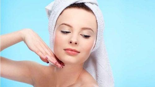 Eine Frau mit reiner Haut zeigt, dass die Eigenschaften von Süßkartoffel auch für die Hautpflege verwendet werden können.