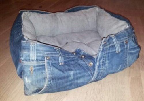 Ein Bett fürs Haustier aus alten Jeans