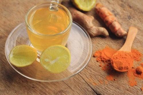 pflanzliche Lösungen zur Reinigung des Lymphsystems: Zitronen-Ingwer-Kurkuma-Tee
