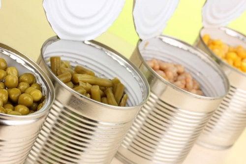Nahrungsmittel in Dosen verarbeitete Lebensmittel meiden