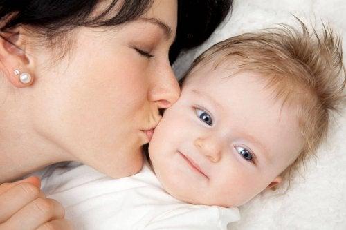 Mama küsst Kind