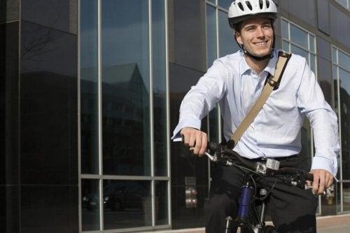 Ein Mann, der sich entschieden hat, mit dem Fahrrad zur Arbeit zu fahren.
