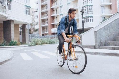 Ein Mann fährt mit seinem Fahrrad die Straße entlang.