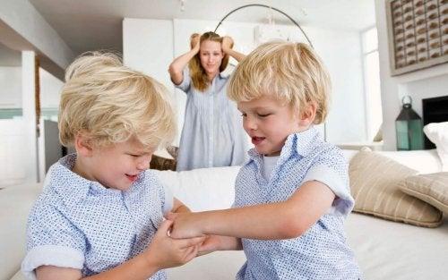 Mutter mit zwei streitenden Kindern