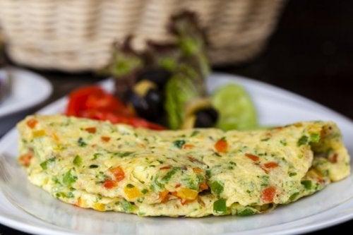 Omelette mit Schinken, Käse und Brokkoli