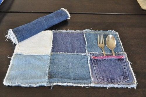 Ein Platzgedeck aus alten Jeans