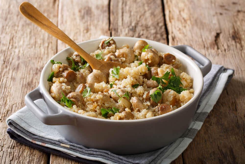 Quinoa-Risotto mit Champignons, Hühnchen und Lauch
