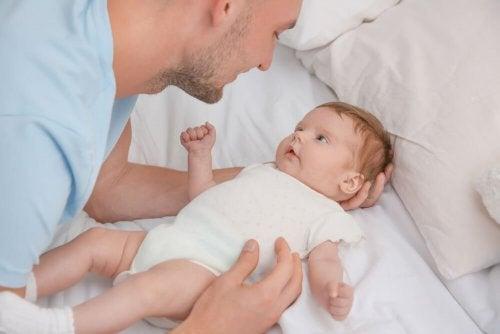 den Schluckauf bei Babys beruhigen