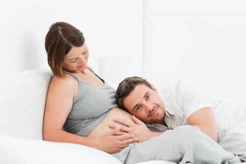 Eltern sollten in der Schwangerschaft mit ihrem Baby sprechen