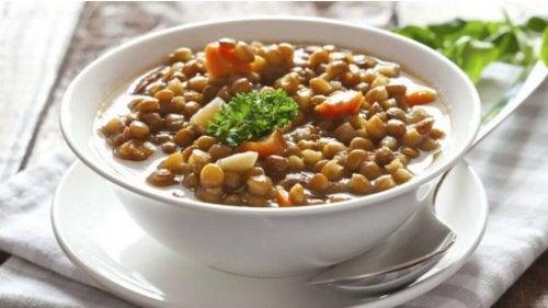 Teller mit Linsen und Gemüse