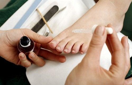 Weiblicher Fuß bei der Pediküre