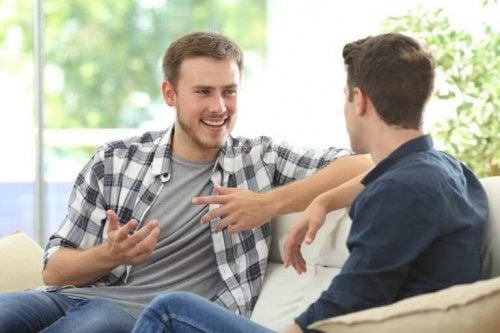 Zwei Männer sprechen miteinander und lachen.