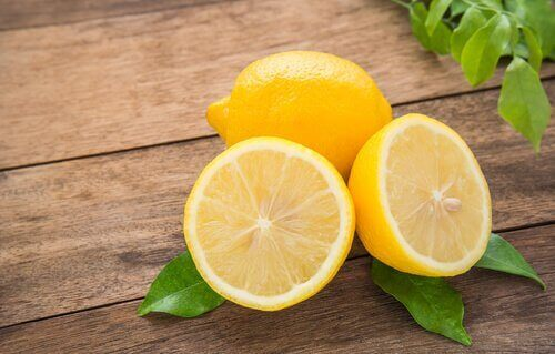 Eine ganze und eine aufgeschnitte Zitrone sind zu sehen.