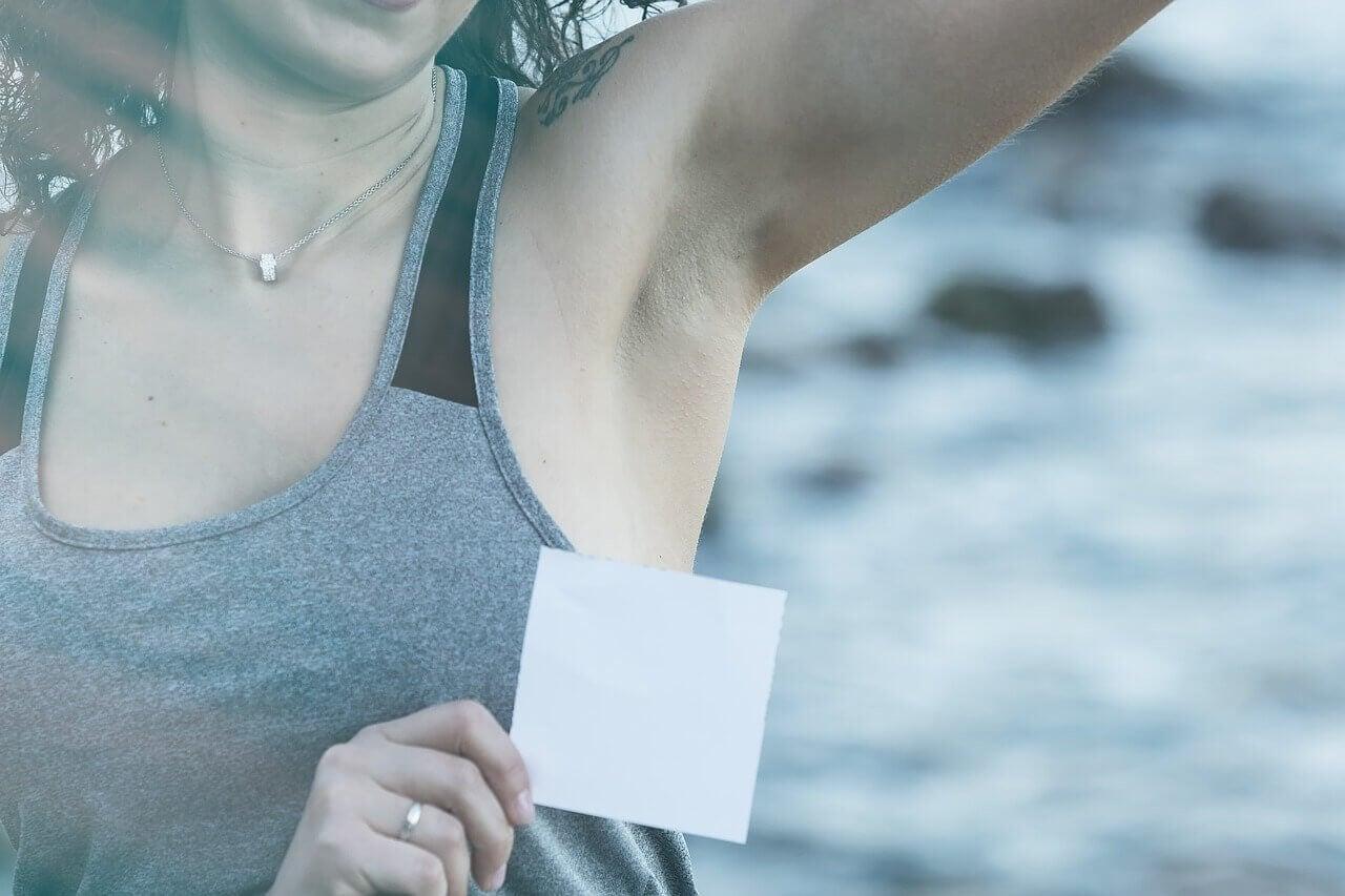 Schweiß- und Deoflecken richtig entfernen