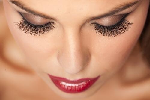 Eine Mischung aus Rizinusöl und Vitamin E für schöne Wimpern
