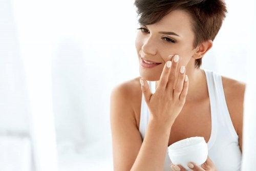 Frau verwendet Gesichtscreme