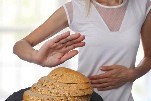 Frau will glutenfreie Lebensmittel