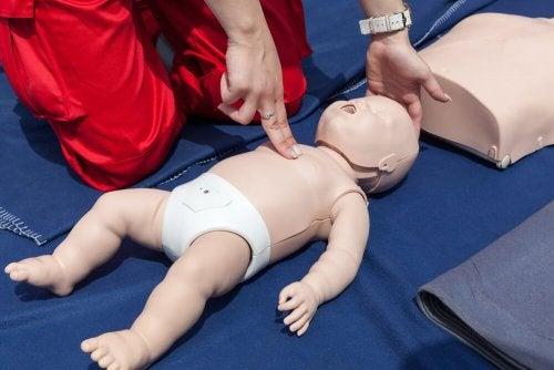 Reanimation eines Babys: erste Hilfe