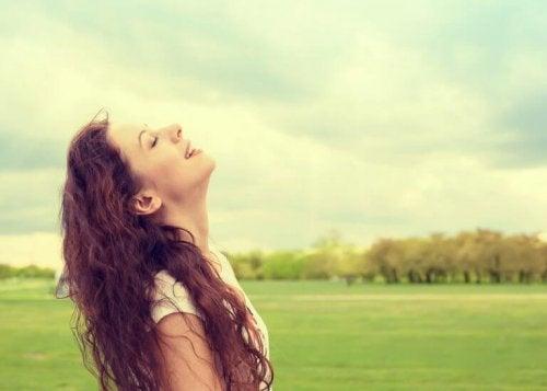 Frau mit geschlossenen Augen ist dankbar und kann sich deswegen glücklich machen.