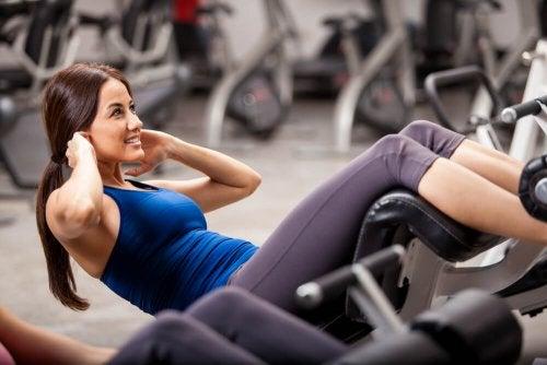 Frau stärkt Bauchmuskeln