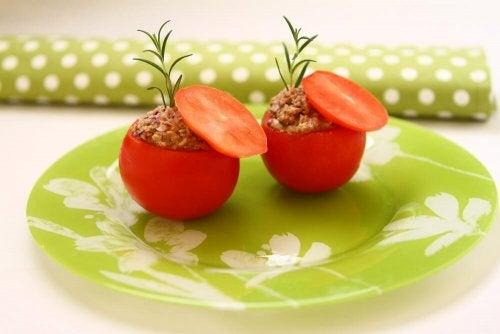 Gefüllte Tomaten mit Thunfisch: leicht und lecker