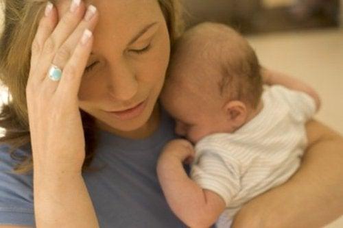 Gestresste Mutter mit Baby