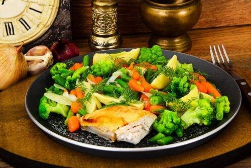 Hühnerfleisch und gedünstetes Gemüse