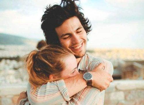 Ein Mann und eine Frau umarmen sich innig.