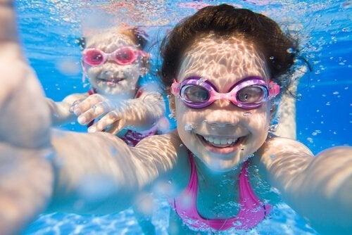 Kinder machen Selfie unter Wasser