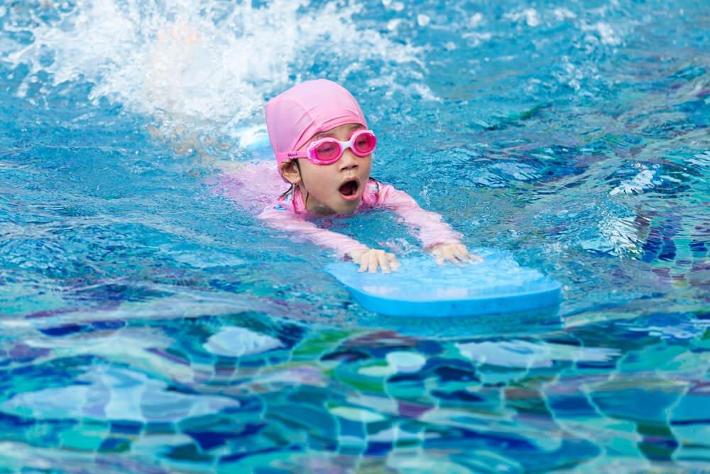 Kindern beim Schwimmen lernen helfen: Tipps und Ratschläge