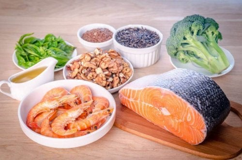 Lebensmittel, die zur Erhöhung des guten Cholesterins führen, wie etwa Lachs und Brokkoli.
