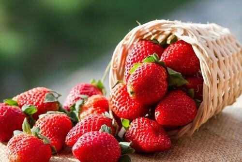 Mandarinenmojito mit Erdbeeren