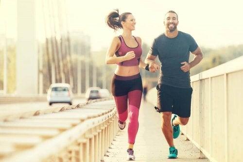 Ein Paar geht zusammen joggen.