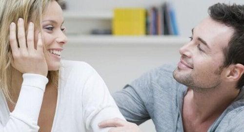 Eine Frau und ein Mann sprechen miteinander und lachen.