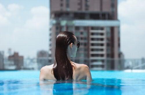 Frau hat keine Angst vor Wasser