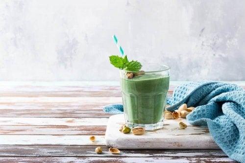 Ein grüner Smoothie aus Spirulina.