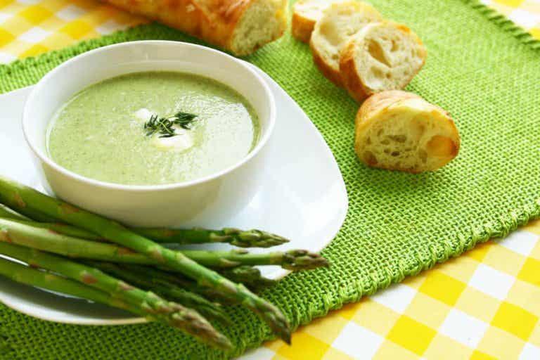 Spargelcremesuppe: 2 Rezepte, die dir schmecken werden!