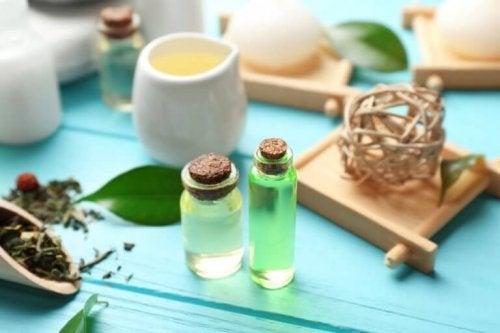 Teebaumöl abgefüllt in zwei kleinen Flaschen.