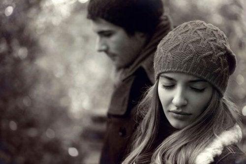 Wenn dein Partner dich mit deiner besten Freundin betrogen hat, musst du schmerzhafte Entscheidungen treffen