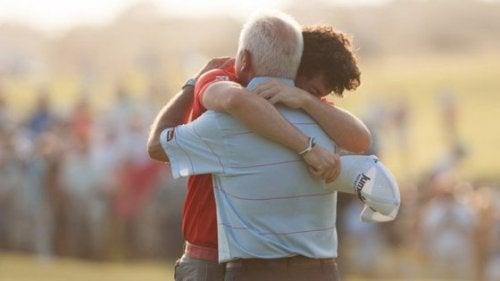 Vater und Sohn umarmen sich