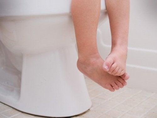 Eine Routine für den Gang zur Toilette kann bei Verstopfung bei Kindern helfen