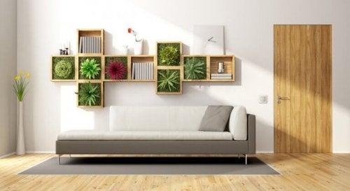 Ein Wohnzimmer mit einer Wohnwand bestehend aus vertikalen Gärten.