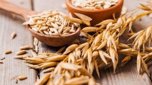 Zwei Schalen gefüllt mit Vollkorngetreide, und daneben liegt auch etwas Getreide.