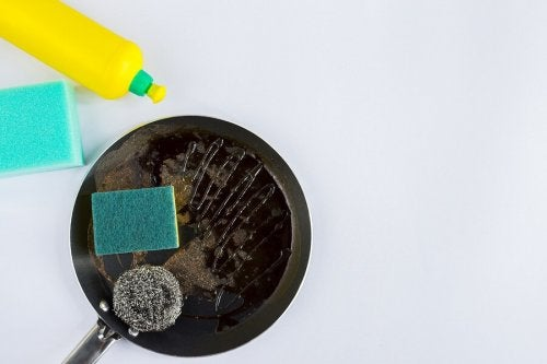Angebrannte Pfannen schnell säubern – 4 Tipps