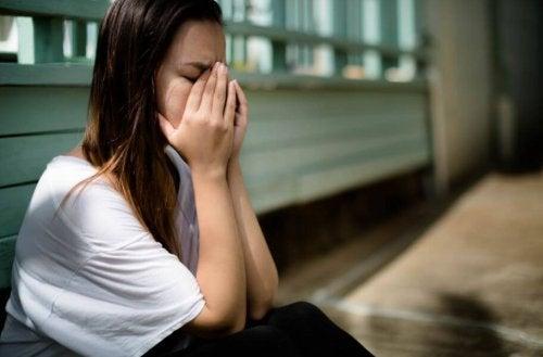 Frau hat Angst vor dem Verlassenwerden