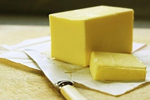 Reibe kalte Butter mit der Käsereibe