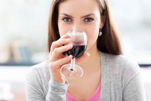 Schlage deinen Wein für ein besseres Aroma