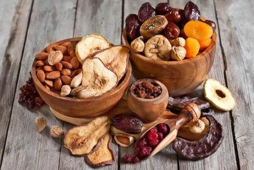 Орехи и сухофрукты-это продукты, богатые мелатонином